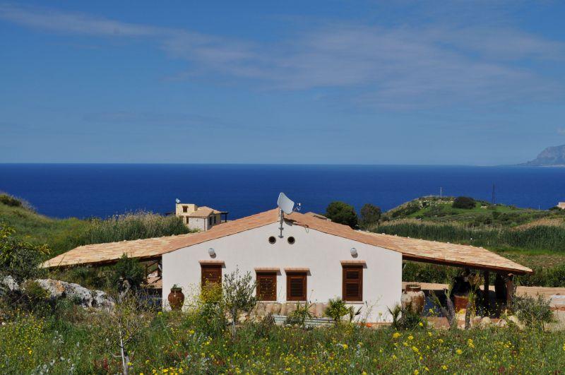 Vue extérieure de la location Location Villa 66027 Scopello