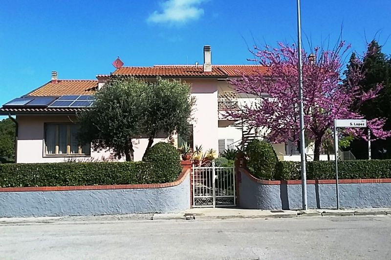 Vue ext�rieure de la location Location Appartement 52200 Tirrenia