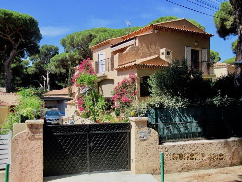 Vue extérieure de la location Location Villa 54711 Hyères