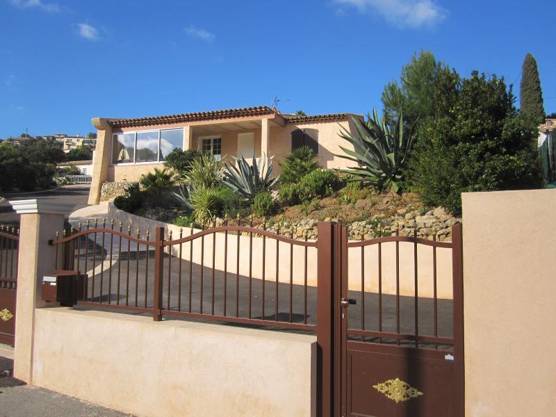 Vue extérieure de la location Location Villa 62665 Saint Raphael