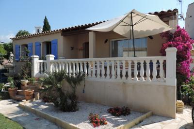 Vue extérieure de la location Location Villa 97056 La Londe les Maures