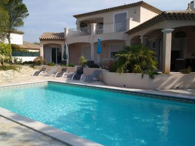 Vue extérieure de la location Location Villa 98679 Fréjus