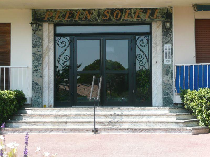Vue extérieure de la location Location Appartement 105595 Antibes