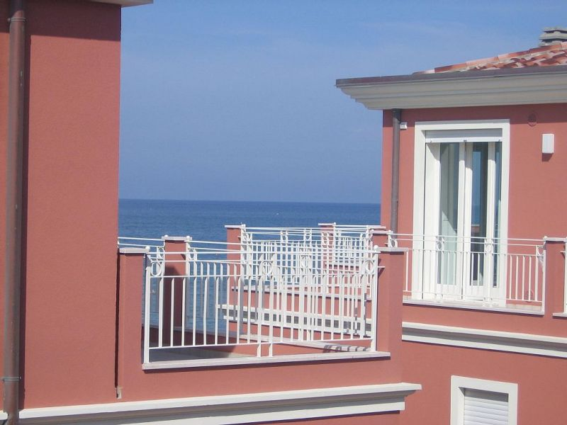 Vue extérieure de la location Location Appartement 103623 Marotta