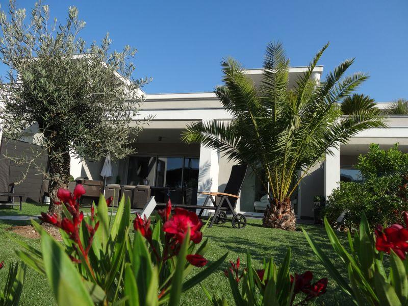 Vue extérieure de la location Location Villa 92269 Grimaud